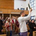 Mit einem Tanz wird das Evangeliar nach mosambikanischem Brauch zum Altar getragen. Foto: SMMP/Ulrich Bock