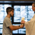 Zur Gabenbereitung werden symbolisch auch das LIcht, eine Pflanze und das Wort in Form der Heiligen Schrift zum Altar getragen. Foto: SMMP/Ulrich Bock