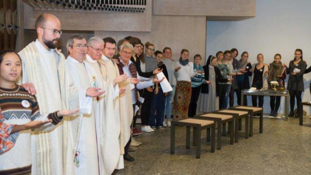 Zum Abschluss-Segen wünschte jeder Gottesdienst-Teilnehmer seinem Nachbarn etwas Gutes. Foto: SMMP/Ulrich Bock