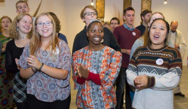 """Gemeinsam singen ehemalige Missionare auf Zeit, Senior-Volunteers, Schwestern und Gäste zum Abschluss des Gottesdienstes """"Oh, happy Day!"""" Foto: SMMP/Ulrich Bock"""