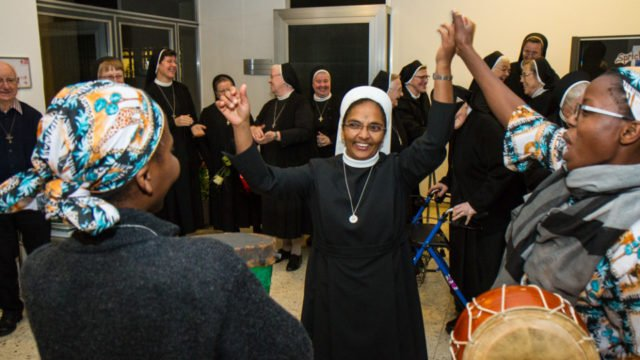 Die Lebensfreude ist Schwester Prisca auch kurz nach der Einjkleidungsfeier anzumerken. Foto: SMMP/Ulrich Bock